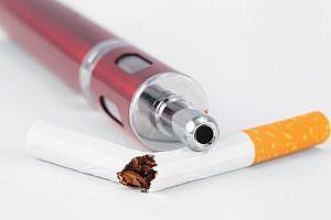 e-Zigarette und zerbrochene Tabakzigarette