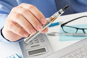 E-Zigarette am Schreibtisch