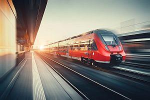 Bahn fährt schnell durch Bahnhof