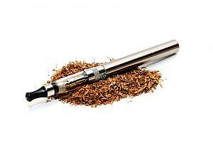 E-Zigarette auf Tabak-Haufen