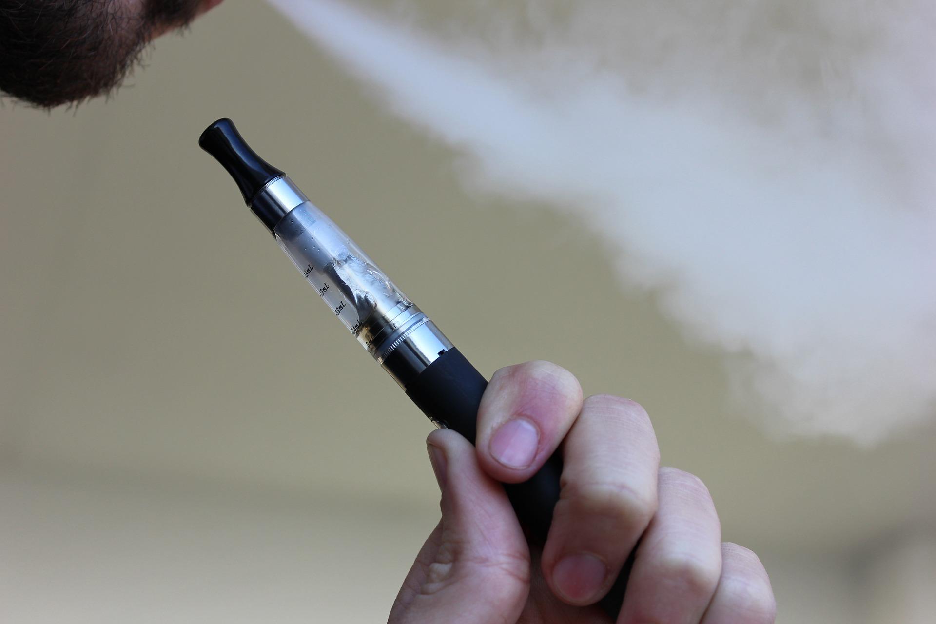 E-Zigarette Dampf tritt aus Mund aus