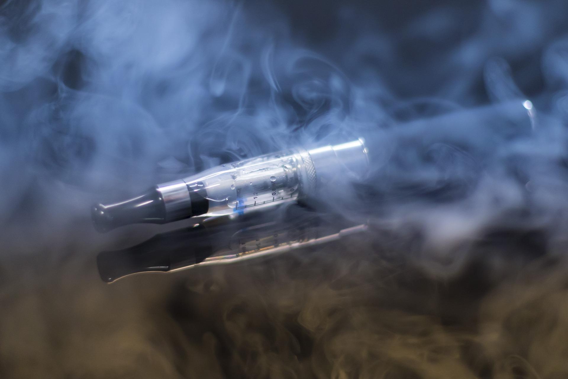 Mundstück der E-Zigarette läuft beim Dampfen heiß